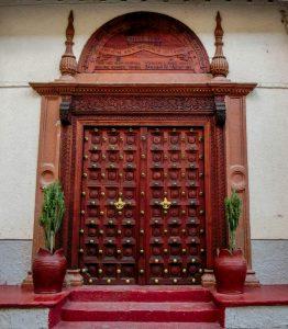 Типична врата с резба, в арабски стил в Стоун Таун, Занзибар.