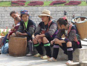 Типично обечени девойки от областта Сапа, в центъра на град Сапа- прекрасен планински град с възможности за трекинг маршрути.