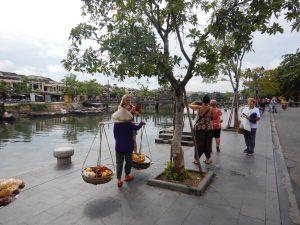 По улиците на стария град Хой Ан, под защитата на Юнеско, разхождаме се до реката и позираме за снимки.