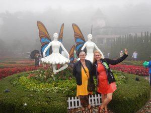 Позираме в градините на Ба На Хилс-един от най-добрите увеселителни паркове в света , близо до Дананг, Виетнам.