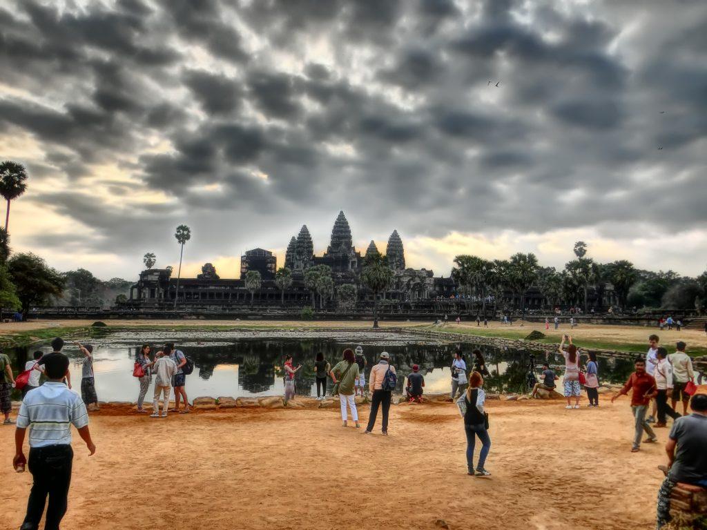Снимка на Ангкор Ват от далеко, с оражение на храма във водата, от групата ни през 2018г.