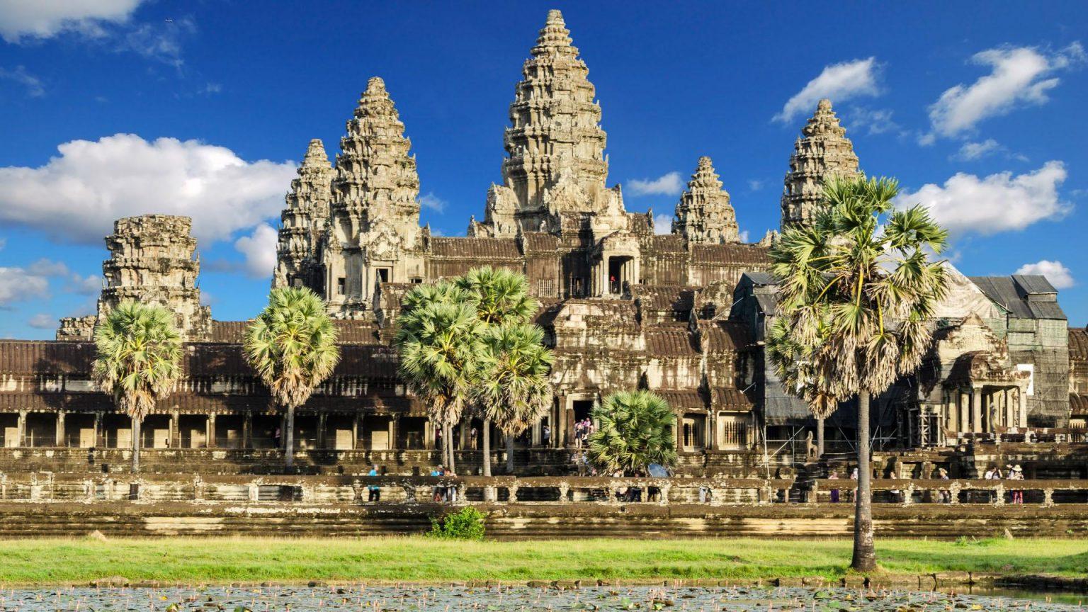 Храмът Байон в далечината- наричан храмът с хилядите лица.