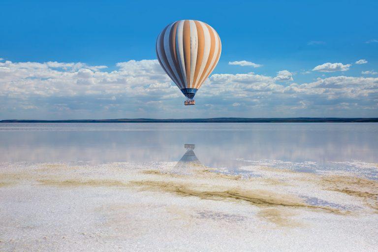 Балон над морския бряг