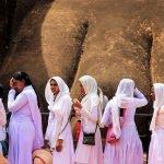 колона от жени пред Сигирия