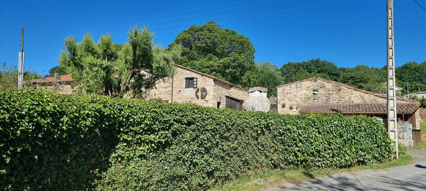 Къщите и всичко е декорирано в стил Камино, с мидата