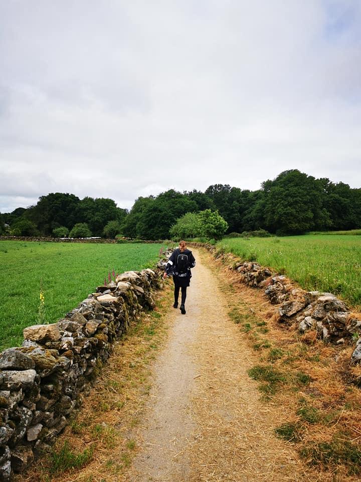 Жена върви по пътя Камино
