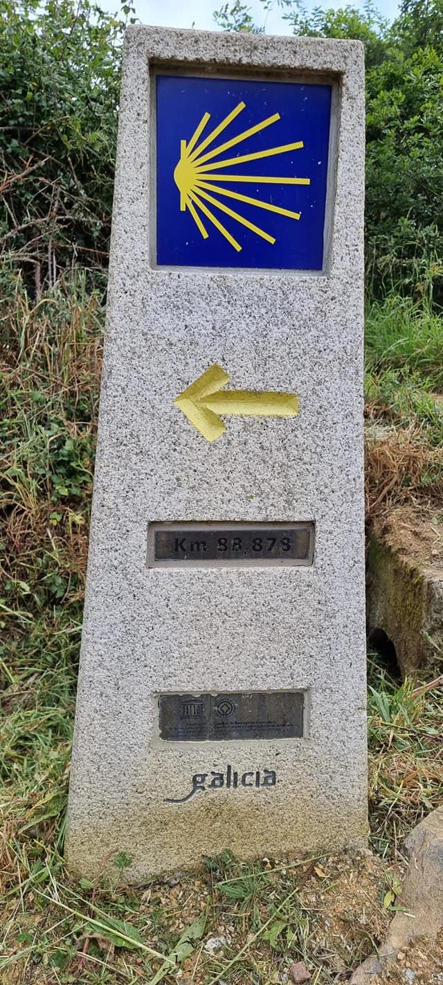 Знак, указващ посоката по пътя Камино