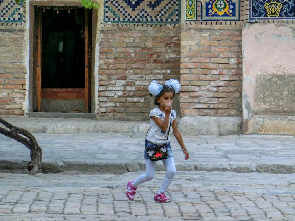 Момиче във вътрешния двор на Регистан, Самарканд