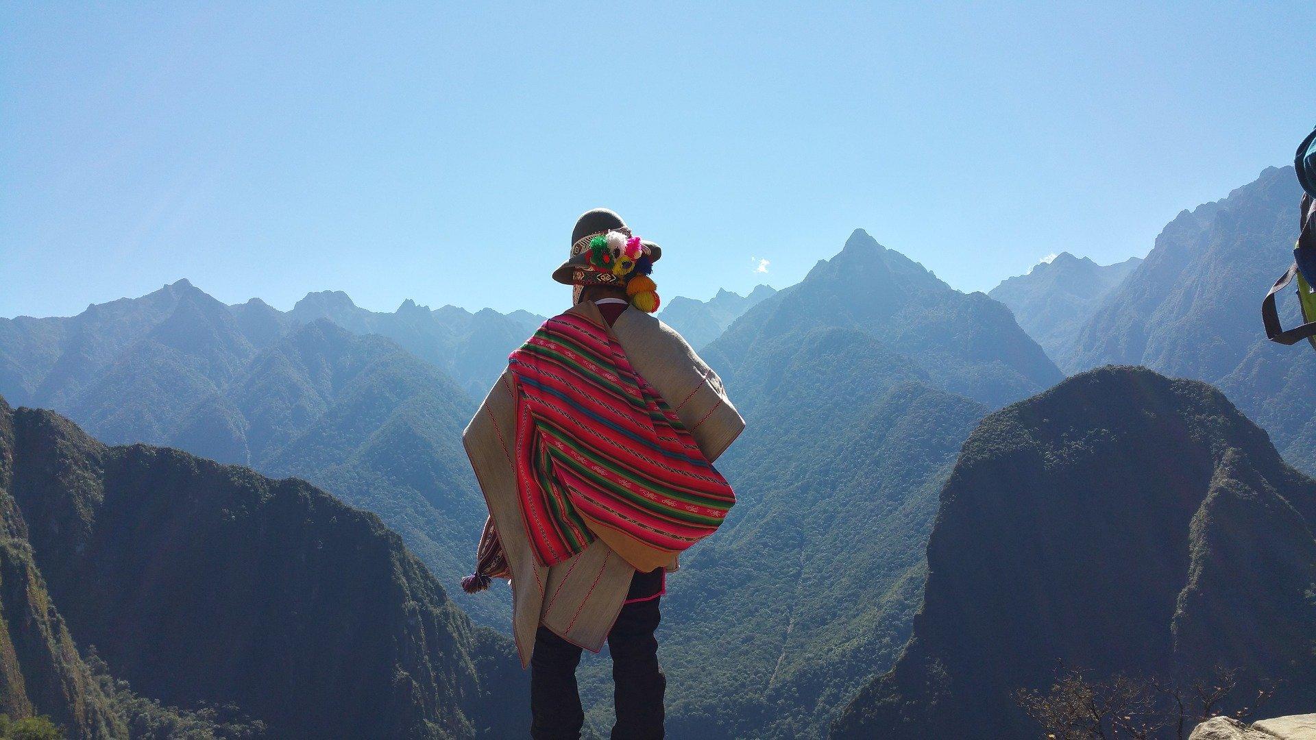 Местен шаман в гръб, типично облекло