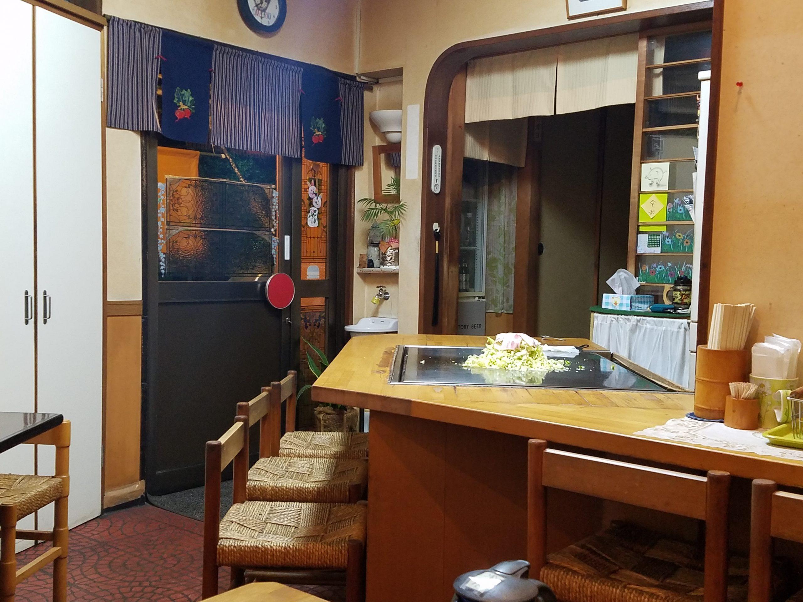 хапваме окономияки в ресторантче с 10 места в Окаяма